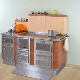 Tischherd mit Bratrohr und Holzlade, links angebaut ein Ladenstock mit Stein-Arbeitsplatte
